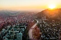 Puesta de sol sobre el cerro San Cristbal (hapePHOTOGRAPHIX) Tags: chile southamerica skyscraper sonnenuntergang sundown cl santiagodechile wolkenkratzer puestadelsol amricadelsur sdamerika reginmetropolitana romapocho grantorresantiago hapephotographix fujix100t 152chl