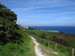 En lo alto de playa y peon de La Bayota al fondo Llanes (Rafa Gallegos) Tags: sea espaa costa coast mar spain llanes cantbrico principadodeasturias
