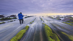 Cogiendo encuadre... (Rafael Dez) Tags: sunset espaa atardecer mar agua paisaje personas nubes rocas paisvasco filtro barrika polarizador rafaeldez