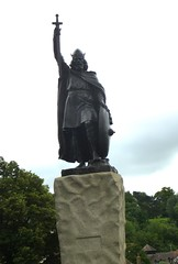 Statue of King Alfred / Winchester (Swassermatrose) Tags: england church statue cathedral outdoor kathedrale kirche skulptur hampshire gb winchester 2016 alfredthegreat kingalfred sculpur statueofkingalfred
