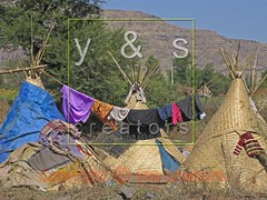 JL050031 (yoyogyogi) Tags: life travel roof india landscape spread indian traditional style dry rope bamboo huts hut strip maharashtra wai cloth shelter cloths shape strips makeshift drying satara vagabonds payacom
