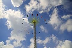 Fair (Hindrik S) Tags: blue cloud loft clouds fun lol sony wolken bluesky fair tamron cpf friesland kermis 14000 leeuwarden whirligig pret wolk frysln liwwadden 17mm zaailand ljouwert f32 merke tamron1750 sonyalpha tamronspaf1750mmf28xrdiiildasphericalif zweef giantsstride sonyphotographing saailn