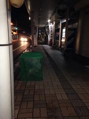 """en la """"jaula"""" verde se depositan las bolsas de basura"""