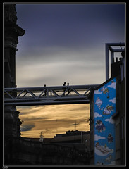 Rue des Minimes (chando*) Tags: brussels silhouette mural belgique palaisdejustice footbridge elevator bruxelles ascenseur passerelle marolles ruedesminimes stibmivb passemoilciel brusselstripstad:id=176 bdstrip stuffetjanry