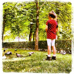 feeding pigeons (AMínguezm) Tags: world madrid park parque trees light people españa green nature animals square spain europa europe child play squareformat kelvin feed es retiro nwn passionphotography pìgeons iphoneography instagramapp uploaded:by=instagram