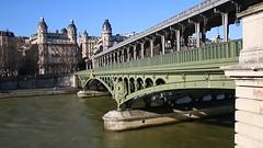 Paris_Mtro_sdstlich_des_U-Bahnhofs_Passy_beim_berqueren_der_Seine_auf_der_Pont_de_Bir-Hakeim_Linie_M6_07_02_2015_MVI_0689 (Bernhard Kumagk) Tags: paris france seine underground subway frankreich europa europe metro mtro ubahn subte francia m6 ratp birhakeim passy pontdebirhakeim hochbahn untergrundbahn stif mtropolitain mtrodeparis bernhardkusmagk hochbahnviadukt bernhardkussmagk