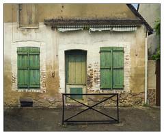 Les volets verts (afantelin) Tags: villeneuvesuryonne bourgogne burgundy yonne france maison house decay abim vert green fentre porte window door volet