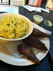Drumsticks & Mac 'n cheese @ Foodswings (rodneyray) Tags: food vegetarian drumsticks macncheese