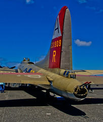 Tail Stinger on the NINE 0 NINE -- DSC7954 (Lance & Cromwell back from a Road Trip) Tags: oregon sony b17 boeing 909 flyingfortress northbend b17g a55 wingsoffreedom cooscounty northbendmunicipalairport sonyalpha sal16105