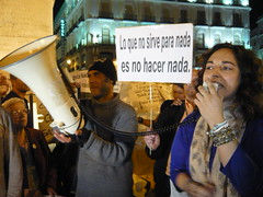 COMPAÑERA APOYANDO Y DANDO LAS GRACIAS A LXS COMPAÑERXS EN HUELGA POR SU VALENTÍA 18O#242 (Jül2001) Tags: protest revolution revolución politica puertadelsol 15m manifestaciones protestas spanishrevolution 15mayo huelgadehambre movimientossociales indignados acampadasol actoreivindicativa motivosdealex motivosdejorge