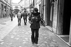 Ra2 (Paolo Pizzimenti) Tags: film paolo femme olympus smartphone f18 zuiko italie ville omd argentique texto em1 17mm ravenne instantan m43 communiquer mirrorless doiesneau