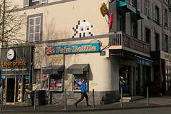 Clermont-Ferrand Est - Clermont-Ferrand (France) (Meteorry) Tags: street man france art europe spaceinvader spaceinvaders clr sneakers trainers nike tabac april invader rue salford invasion auvergne clermont homme puydedme clermontferrand artderue 2016 requins meteorry delille skets niketn arturbaine tabacpresse placedelille invaderwashere auvergnerhnealpes clr28 placesalford ruebansac lepaindelille