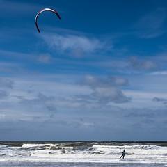Surfin' the blue sky (einervonneruhr) Tags: kite holland netherlands square surfer olympus 11 kitesurfing omd 1x1 niederlande noordwijk quadrat quadratisch kitesurfer surfen kitesurfen 1250mm em5 mzuiko