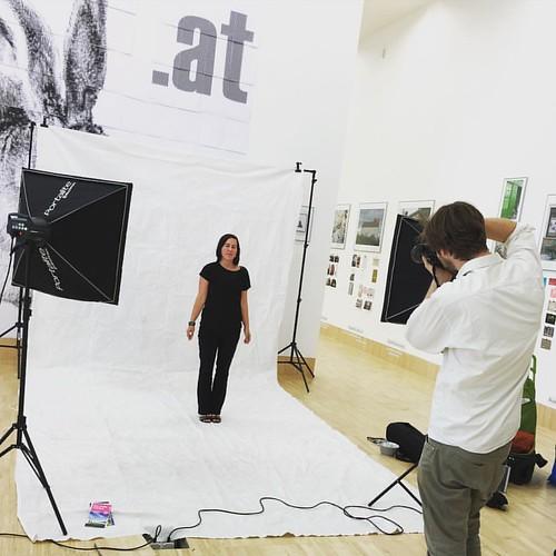 Mit geschlossenen Augen an die Lieblingserinnerung denken... #MitarbeiterInnen #Fotosession #portraits @esslmuseum @essl_museum