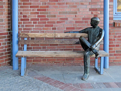 Grevesmhlen - Man on a bench (.patrick.) Tags: man brick art wall bronze bench artwork wand kunst skulptur bank plastic mann sculptur kunstwerk mecklenburgvorpommern plastik hauswand backstein clinker ziegel sitzbank klinker housewall mecklenburgwesternpomerania ziegelstein grevesmhlen