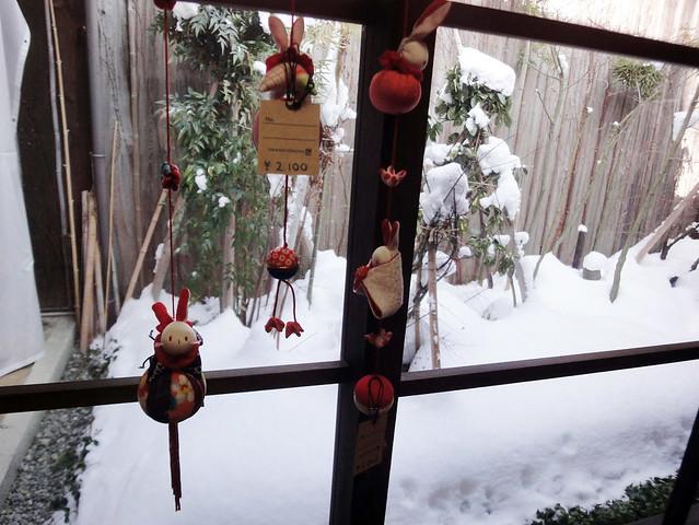 中庭に面した窓にも吊るし雛が。|うさぎ雑貨 高山うさぎ舎