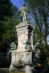 Valenciennes, square Watteau (Ytierny) Tags: france statue vertical bronze square fontaine nord artiste valenciennes peintre carpeaux watteau valenciennois ytierny