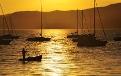 e quando a tarde cai... sonhamos!!!!! (Ruby Augusto) Tags: sunset boats bay fisherman hills pôrdosol ripples santoantoniodelisboa florianópolissc silhuetassilhouettes