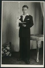 Archiv E399 Erstkommunion, 1930er (Hans-Michael Tappen) Tags: portrait 1930s outfit candle kerze portrt schuhe accessoires anzug kleidung 1930er atelierphoto atelierfoto gebetbuch kommunionkerze archivhansmichaeltappen