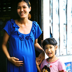 Bangkok, Rungrueang village (jonasfj) Tags: street woman film girl smile analog zeiss t thailand fuji child bangkok c streetphotography cx pregnant hasselblad carl pro analogue manual f28 503 80mm fujicolor c41 filmphotography 400h fujicolorpro400h hasselblad503cx rungrueang carlzeiss2880ct