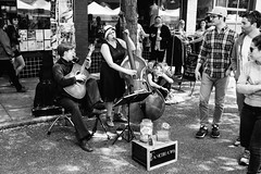 Fascinator entertains the crowd at the Ballard Farmer's Market. Seattle, WA. July 2016. (poopoorama) Tags: ballard dannyngan dannynganphotography fujifilm seattle xseries x100t bw blackandwhite busker farmersmarket kazoo market musician performer street streetphotography washington unitedstates