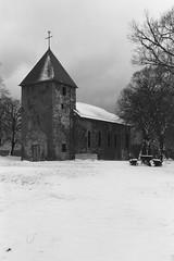 Wollseifen Kirche Auenansicht (schwarzgrauweiss) Tags: schnee winter kodak tmax eifel 100 vogelsang kall truppenbungsplatz abgelaufen schwarzweis wollseifen