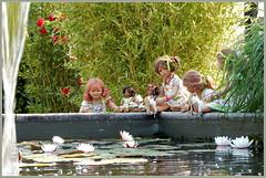 Kindergartenkinder am Wasserlilienteich ... (Kindergartenkinder) Tags: dolls himstedt annette ilce6000 sony essen park gruga kindergartenkinder blumenbeet pflanze blume garten tivi annemoni sanrike leleti milina outdoor seerosen