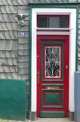 Red & Green (TablinumCarlson) Tags: door leica red 6 house green rot window germany deutschland lampe fenster north steps architektur nrw 28 slate grn laterne ruhrgebiet gebude tr nordrheinwestfalen entry hattingen latern dlux schiefer rhinewestphalia enneperuhrkreis