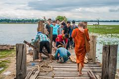 Life on the U Bein bridge (ReinierVanOorsouw) Tags: reizen myanmar birma burma travelling travel travelstoke reiniervanoorsouw sony sonya7r sonya7rii a7rii asia asya azie mandelay mandalay people human asian asianpeople inasia azi travels undiscovered colour colours
