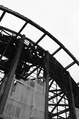 """Wearing the inside out"" (Carmen Pad) Tags: bw byn central mercado concepcin incendio lineas grises estructura cenizas"