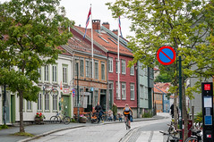 Norway, Trondheim, vre Bakklandet (p_h_o_t_o_m_i_c) Tags: street trees red green rot bicycle sign yellow norway buildings geotagged norge colorful norwegen schild gelb grn trondheim bume fahrrad bunt bakklandet huser noreg kopfsteinpflaster strase sdtrndelag geo:lat=6342813912 geo:lon=1040273711