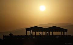 siluetas en el dorado (RalRuiz) Tags: espaa sol atardecer andaluca playa verano siluetas almera montaas marmediterraneo eltoyo
