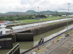 """Canal de Panama: l'eau de la première voie de navigation est assez descendue, on peut maintenant ouvrir les portes de l'écluse pour laisser passer le bateau... <a style=""""margin-left:10px; font-size:0.8em;"""" href=""""http://www.flickr.com/photos/127723101@N04/26727389383/"""" target=""""_blank"""">@flickr</a>"""