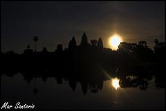 Angkor temple Sunrise (Mar Santorio) Tags: sunrise d50 temple nikon cambodia amanecer siemreap templo camboya