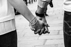 Amour (Le petit oiseau va...) Tags: street bw paris france love hands samsung amour blackandwihte nx3000