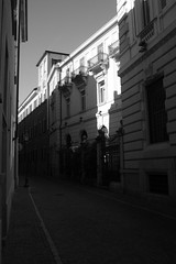 Novara (20 giugno 2016) (Massimo Caccia) Tags: city bw monocromo gente piemonte biancoenero citt particolari architetture novara