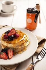 Waffles (vaelgolpe_foto) Tags: breakfast madera fruta delicious honey miel fotografia desayuno bestpic foodphotography bestphoto fotografadealimentos fotodealimentos fotopublicitaria tablademadera vaelgolpe