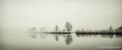 Fluss im Nebel (Rasenlatscher) Tags: bw canon nebel 28mm lee monochrom fluss spiegelung vorpommern langzeitbelichtung mecklenburgvorpommern 2818 flusslandschaft peene leefilter peenetal rasenlatscher absolutegoldenmasterpiece