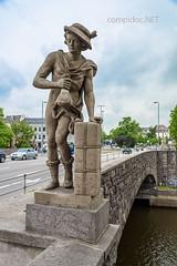 Hermes bringt Geschenke (compidoc) Tags: statue brcke lbeck stein hermes geschenke paket fotomarathon