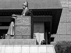 Back to Back (Mondmann) Tags: statue asia landmark korea seoul worker southkorea laborer rok eastasia sejong kingsejong joseon republicofkorea jongnogu sejongthegreat appleiphone mondmann sejongno maintenanceworker kingsejongthegreat  gwanghwamunplaza iphone5s kingsejongthegreatofjoseon