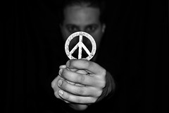 Bsqueda de un valor perdido (osruha) Tags: blackandwhite bw blancoynegro monochrome contrast monocromo nikon flickr peace paz bn contraste d750 value pau blancinegre valor monocrom