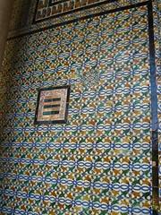 Cherchez l'intrus (Manon Allais) Tags: faence vacances casa sevilla spain holidays azulejo espagne couleur sville casadepilatos