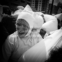 young adult having fun  and beating each other with pilows in Union square for the New York Pilows fighting day, (setboun photos) Tags: newyorkcity usa newyork youth america fun funny unitedstates many manhattan unitedstatesofamerica crowd humour jeunesse northamerica eccentric newyorkstate foule customsandcelebrations unionsquare ethnic adolescent groupe rigolo ethnicity meltingpot jeune youngadults multiethnic nombreux amusant pilows newyorkstories ethnique amerique ameriquedunord etatsunisdamerique mixedculture polochons multiethnique ethnicite taiedoreiller etatdenewyork jeuneadultes ny400newyorkparades ny402newyorkeccentricparades journeedelabatailledepolochons ny443pilowsfighting pilowsfightingday