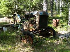 Fordson Major (Flash 86) Tags: fordson major tractor traktor vehicle fordon old gammal övergiven abandoned rust rusty rost rostig junk decay förfall sweden sverige