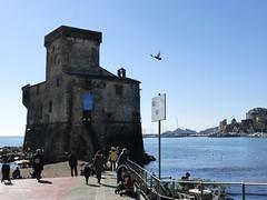 Il castello sul mare (fotomie2009) Tags: rapallo liguria italy italia riviera levante ligure castello castle sea mare people winter inverno 30