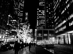 roam if you want to (frankieleon) Tags: street nyc newyorkcity travel trees people blackandwhite bw white ny black fountain monochrome night skyscraper buildings walking lights darkness manhattan hilton tourist midtown nighttime roam nighthawks roaming