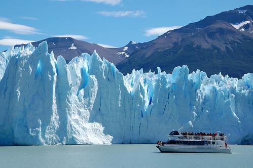 """Lodowiec Perito Moreno - jego ogrom można podziwiać z bliska podpływając do niego łódką <a style=""""margin-left:10px; font-size:0.8em;"""" href=""""http://www.flickr.com/photos/125852101@N02/16354618209/"""" target=""""_blank"""">@flickr</a>"""