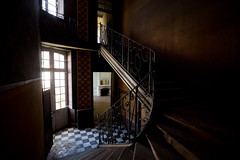 (Post-Mortem (Alexandre Katuszynski)) Tags: old light abandoned stairs dark lowlight fireplace decay staircase urbanexploration chateau derelict ue checkmate urbex abandonn lostplaces martinpcheur abandonedcastle chateauabandonn abandonedstairs urbexfrance chteaudumartinpcheur