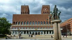 20110815 Oslo Rathaus Gebude Statue (186) (j.ardin) Tags: oslo norway norge hoteldeville cityhall norwegen noruega townhall rathaus norvge wahrzeichen radnice concejomunicipal