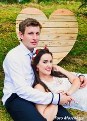 Amor (Mh :)) Tags: amor love casal noiva casamento corao heart pallets casamentonocampo grama natureza casamentoaoarlivre tiara branco vestido decoraocompallets